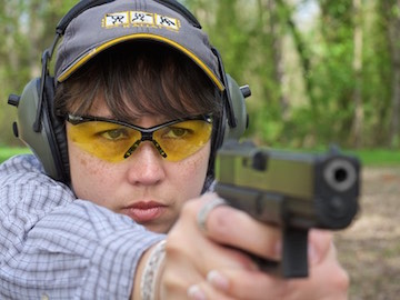 woman shooting Glock 19 pistol